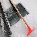 積雪地で凍結したフロントガラスや雪の除去方法